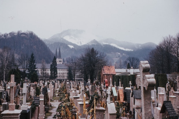 a crowded cemetery